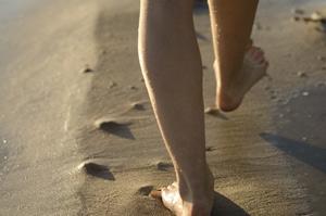 素足でビーチを散歩する